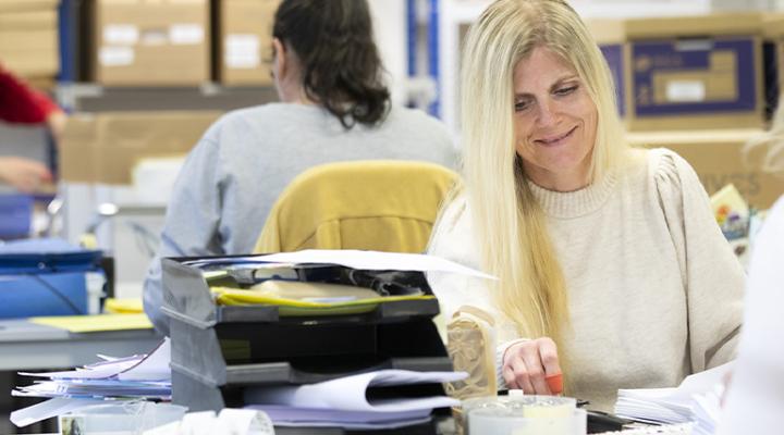 Photo de deux femmes qui procèdent à la gestion du courrier pour un client qui a externalisé