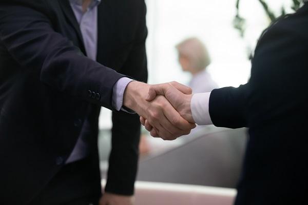 Service commercial _ hommes se serrent la main