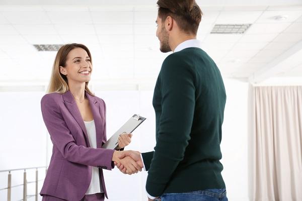 Service commercial _ Femme serre la main